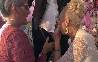 Oma bläst mit ihrer Freundin zusammen