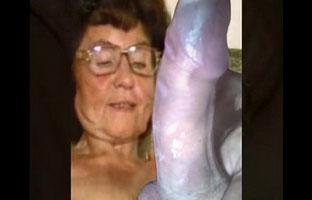 Oma masturbiert