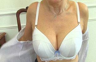 Oma Anastasia bekommt Ihre Muschi hämmerte gut