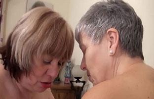 Lesbische Omas zum Sex überredet