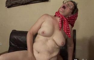 Oma schreit beim Orgasmus